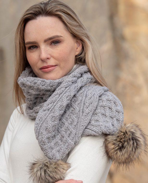 Pom pom scarf soft grey